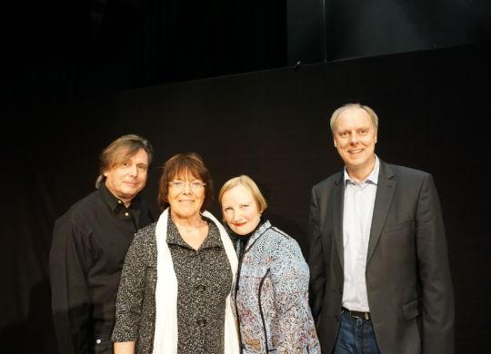 Künstlerin Anna Haentjens mit Pianobegleiter Sven Selle und den Veranstaltern Kulturring Wittmund und Sparkasse LeerWittmund