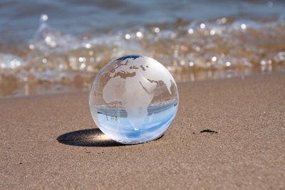 Klare Weltkugel am Strand